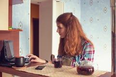 Mujer joven con netbook Fotos de archivo
