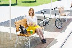 Mujer joven con PC de la tableta en el parque Fotos de archivo libres de regalías