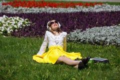 Mujer joven con PC de la tableta en el parque Fotos de archivo