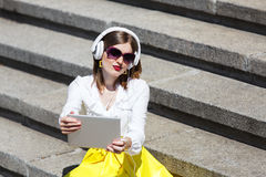 Mujer joven con PC de la tableta en el parque Foto de archivo