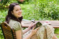 Mujer joven con PC de la tablilla Imágenes de archivo libres de regalías