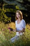 Mujer joven con PC de la tablilla Foto de archivo