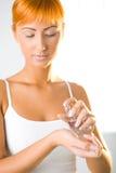 Mujer joven con perfume Foto de archivo