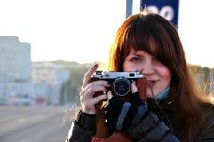 Mujer joven con photocamera viejo Fotos de archivo libres de regalías