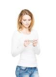 Mujer joven con Smartphone Imágenes de archivo libres de regalías