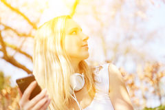 Mujer joven con smartphone el día soleado Imagen de archivo libre de regalías