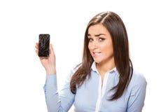 Mujer joven con smartphone quebrado Fotos de archivo