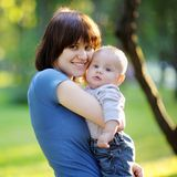 Mujer joven con su bebé Imagen de archivo libre de regalías