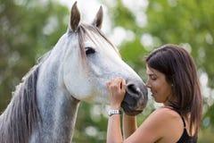 Mujer joven con su caballo Imagenes de archivo