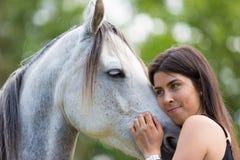 Mujer joven con su caballo Imagen de archivo