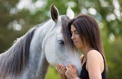 Mujer joven con su caballo Imágenes de archivo libres de regalías