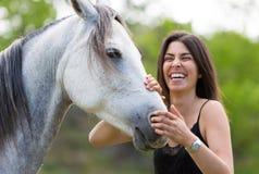 Mujer joven con su caballo Foto de archivo