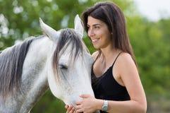 Mujer joven con su caballo Fotos de archivo