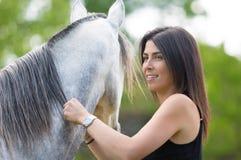 Mujer joven con su caballo Fotografía de archivo