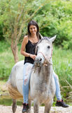 Mujer joven con su caballo Fotos de archivo libres de regalías