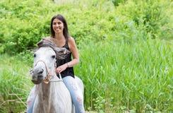 Mujer joven con su caballo Foto de archivo libre de regalías