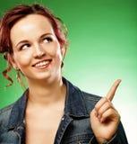 Mujer joven con su finger para arriba encima Imagen de archivo