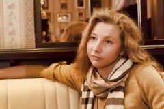 Mujer joven con su pelo y bufanda alrededor de su cuello Foto de archivo