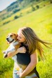 Mujer joven con su perro Imagen de archivo