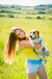 Mujer joven con su perro Foto de archivo libre de regalías