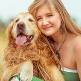 Mujer joven con su perro Foto de archivo