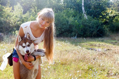 Mujer joven con su perro Imagen de archivo libre de regalías