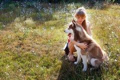 Mujer joven con su perro Fotografía de archivo