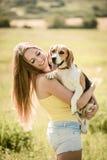 Mujer joven con su perro Imagenes de archivo