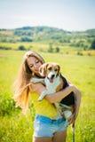 Mujer joven con su perro Fotos de archivo