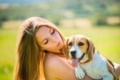 Mujer joven con su perro Imágenes de archivo libres de regalías