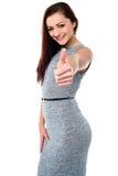 Mujer joven con su pulgar para arriba Imágenes de archivo libres de regalías