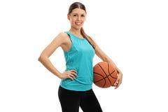 Mujer joven con un baloncesto Imágenes de archivo libres de regalías