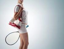 Mujer joven con un bolso de los deportes imagenes de archivo