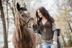 Mujer joven con un caballo imagenes de archivo