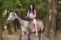 Mujer joven con un caballo Imagen de archivo libre de regalías