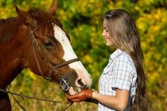 Mujer joven con un caballo del browne Imagen de archivo