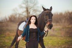 Mujer joven con un caballo en la naturaleza Fotografía de archivo libre de regalías