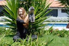 Mujer joven con un conejo Imágenes de archivo libres de regalías