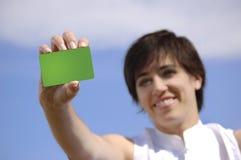 Mujer joven con un de la tarjeta de crédito imágenes de archivo libres de regalías