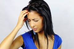 Mujer joven con un dolor de cabeza Fotos de archivo libres de regalías