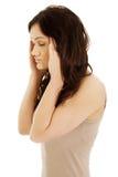 Mujer joven con un dolor de cabeza Fotografía de archivo libre de regalías
