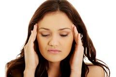 Mujer joven con un dolor de cabeza Foto de archivo libre de regalías