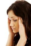 Mujer joven con un dolor de cabeza Imagen de archivo libre de regalías