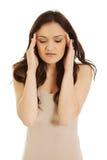 Mujer joven con un dolor de cabeza Imagen de archivo