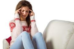 Mujer joven con un dolor de cabeza que frota su cabeza Foto de archivo