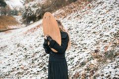 Mujer joven con un espejo al aire libre Fotos de archivo libres de regalías