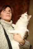 Mujer joven con un gato Foto de archivo