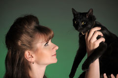 Mujer joven con un gato negro Imágenes de archivo libres de regalías