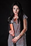 Mujer joven con un hacha sangrienta grande Fotos de archivo