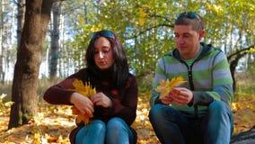 Mujer joven con un hombre que hace a Garland From Yellow almacen de metraje de vídeo